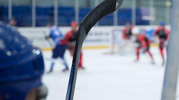 Kilkulatek dostal krazkiem hokejowym twarz