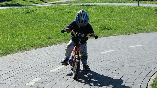 Dziecko rowerek srodek drogi