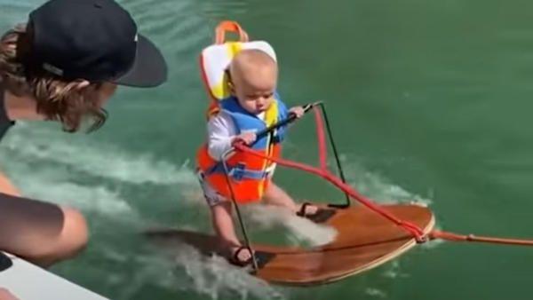 Polroczne dziecko narty wodne