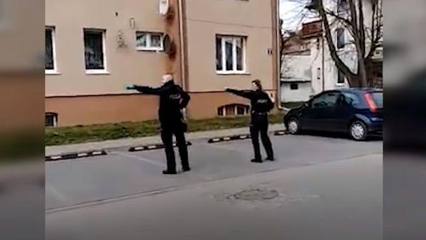 Policjanci dzieci kwarantanna