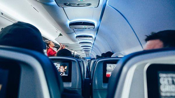 Stewardessa nakarmila piersia