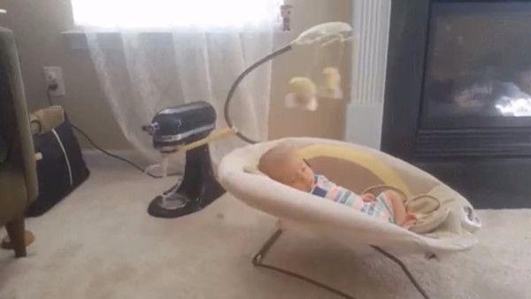 Bezmyslny sposob usmienie niemowlak