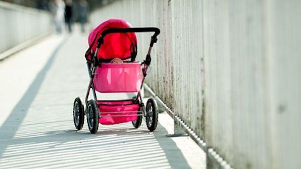 Uwazaj dziecko spacer wozek