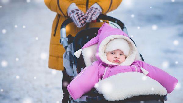 Zimowy spacer niemowlak
