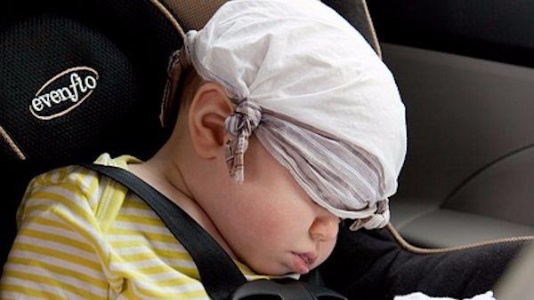 Dziecko zostawione samochod