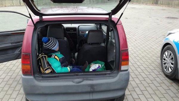 Wiozla dziecko w bagazniku
